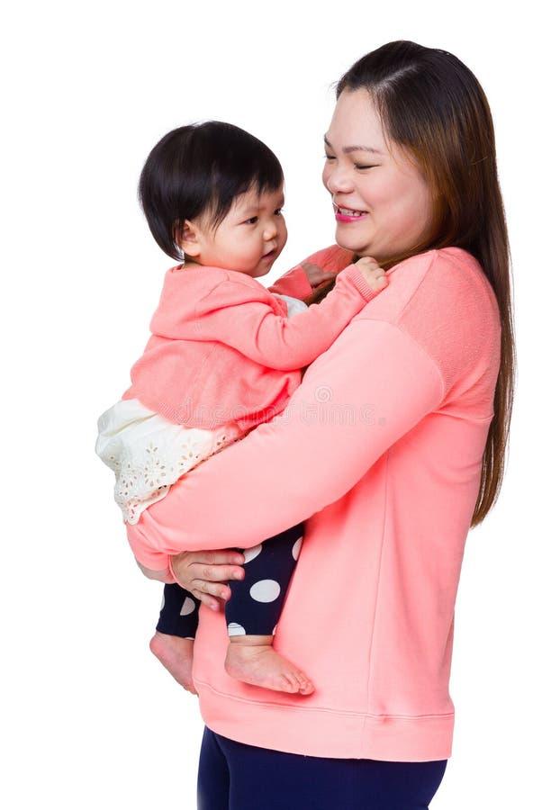 Abbraccio della madre con la figlia immagini stock