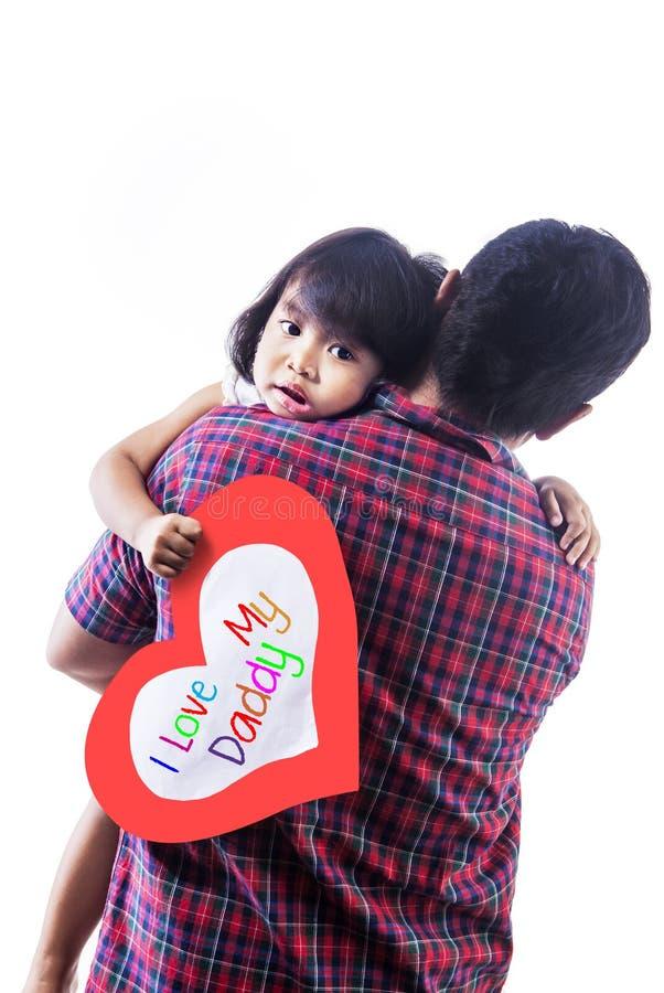 Abbraccio della scheda di amore della tenuta della ragazza dal papà immagini stock libere da diritti