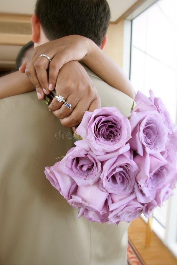 Abbraccio delle coppie dello sposo e della sposa immagini stock