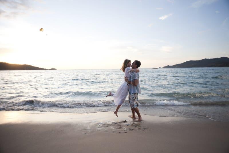 Abbraccio delle coppie di giovani amanti fotografia stock libera da diritti