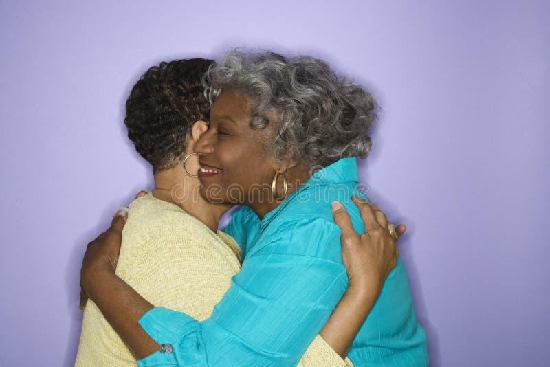 Abbraccio delle donne. fotografie stock libere da diritti