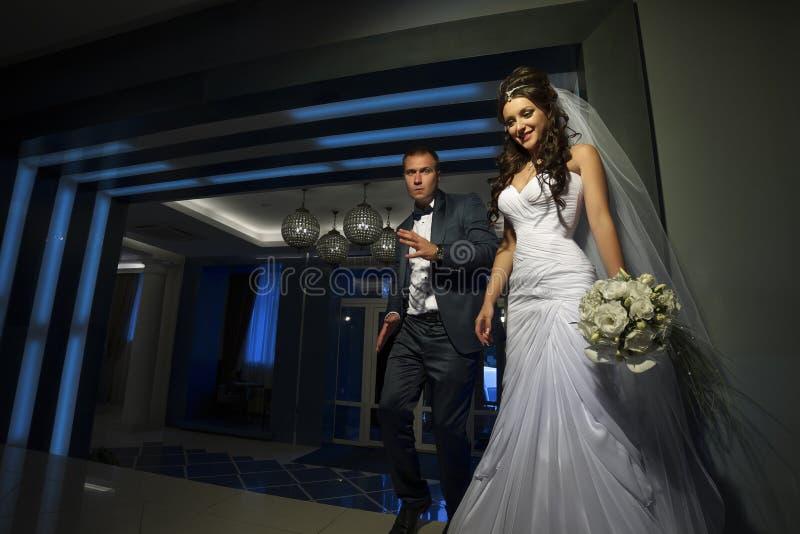 Abbraccio dello sposo e della sposa immagini stock