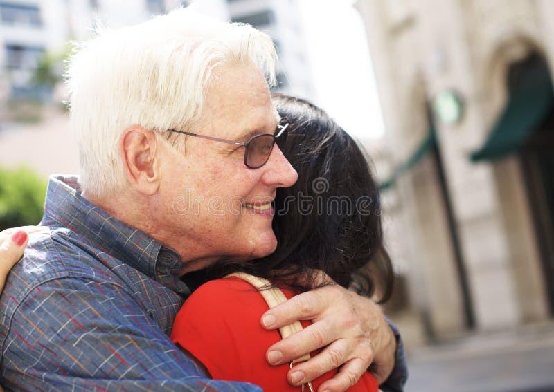 Abbraccio dolce di amore senior delle coppie immagine stock libera da diritti