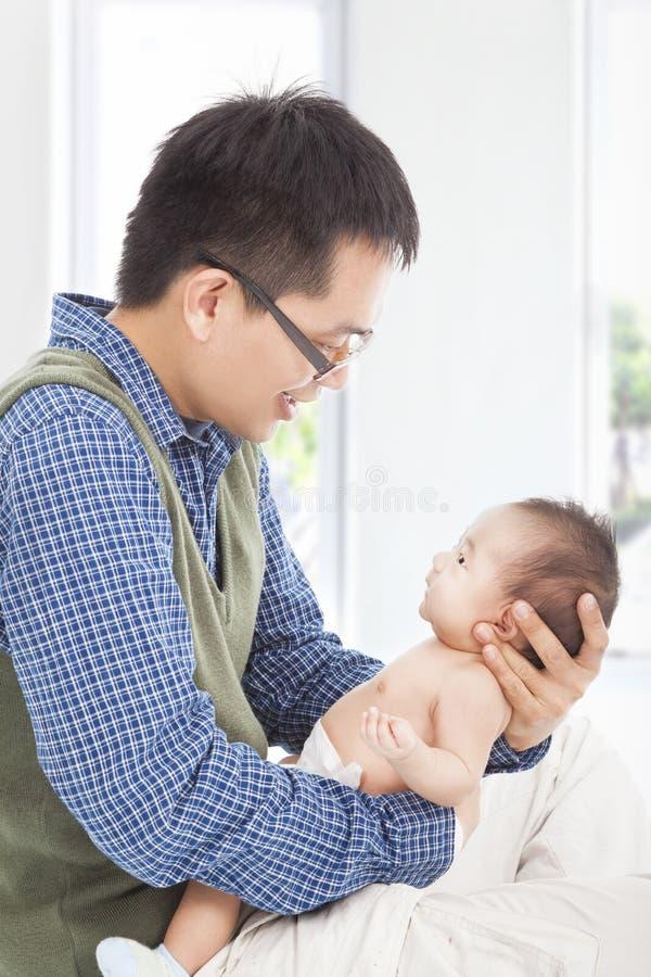 Abbraccio felice del padre suo figlio sorridente fotografie stock libere da diritti