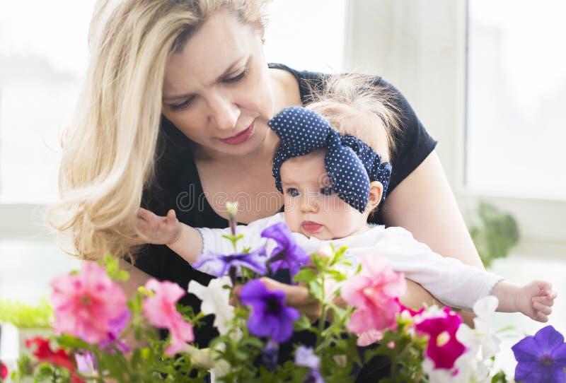 Abbraccio maturo della donna con la neonata fotografia stock