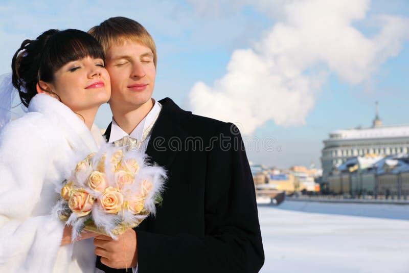 Abbraccio sposo e della sposa sorridenti immagini stock