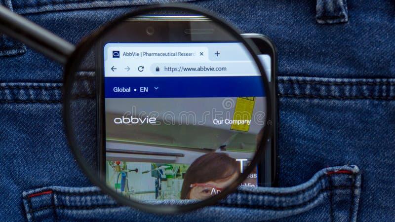 Abbvie-Websitehomepage Abbvie-Logo sichtbar an auf der Smartphoneanzeige Feuer auf wei?em Hintergrund lizenzfreies stockbild