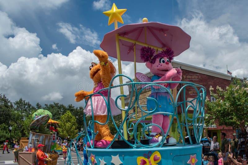 Abby Cadabby och Zoe på färglös float vid Seaworld 1 royaltyfri fotografi