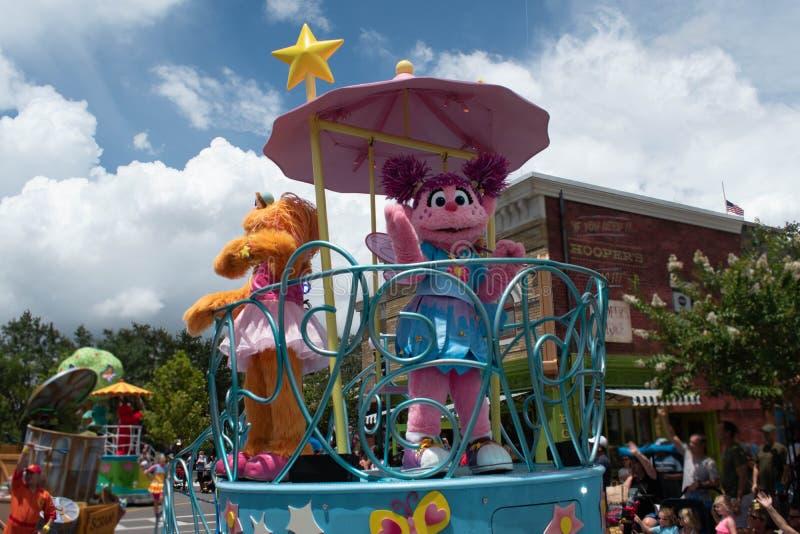 Abby Cadabby och Zoe på färglös float vid Seaworld 5 arkivfoton