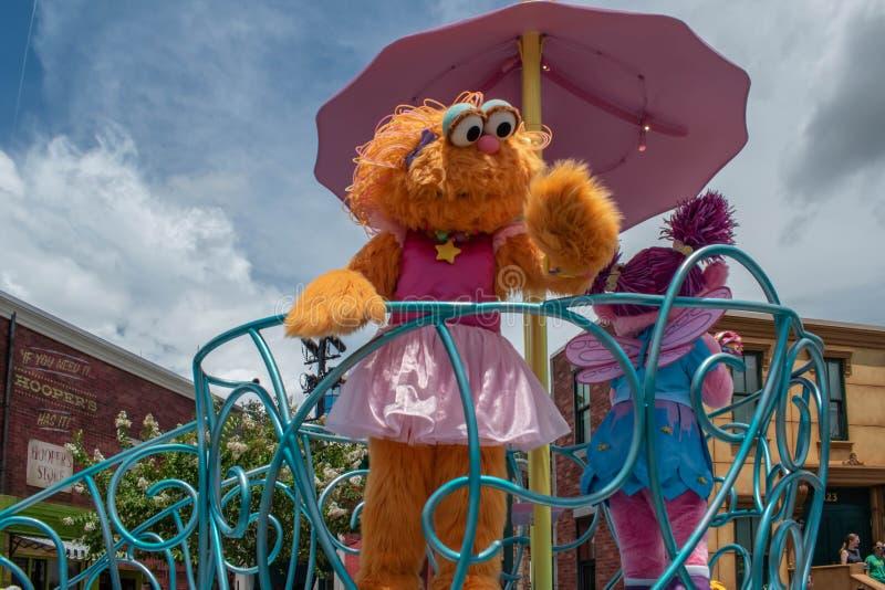 Abby Cadabby och Zoe på färglöst float vid Seaworld 3 royaltyfri fotografi