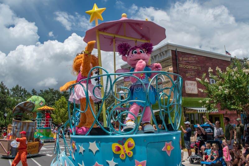 Abby Cadabby och Zoe på färglöst float vid Seaworld 4 arkivfoto