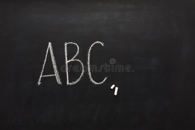 Abc που γράφεται αγγλικό από την κιμωλία στον πίνακα στοκ φωτογραφίες