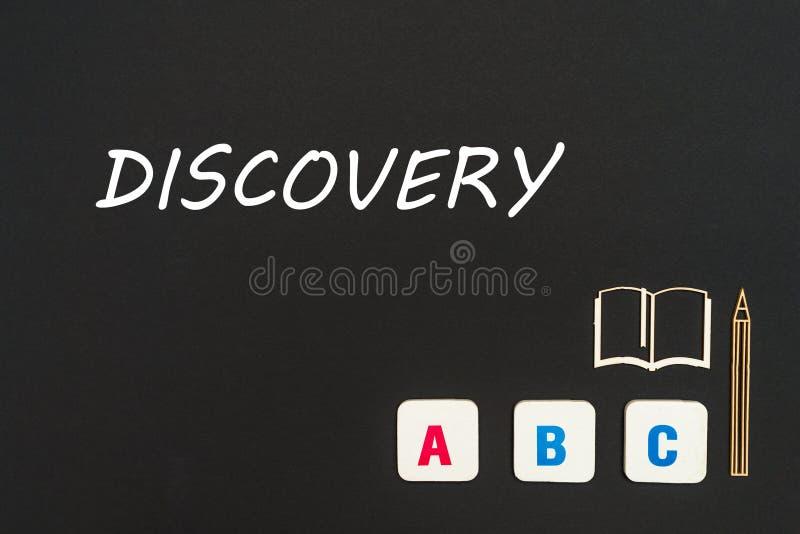 Abc chipboard i listy miniaturyzują na blackboard z teksta odkryciem obraz stock