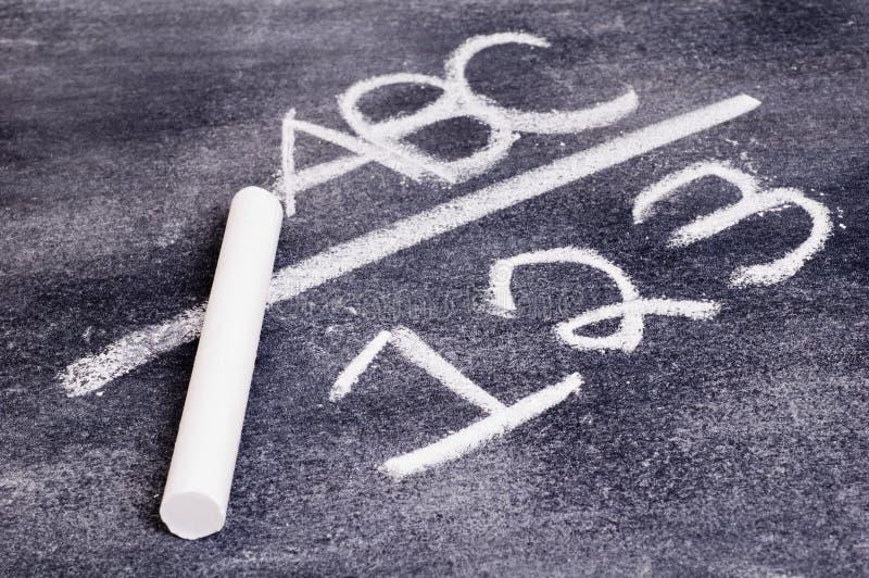 ABC e 123 sulla scheda di gesso. fotografia stock libera da diritti