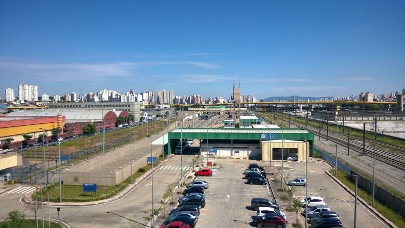 ABC - São保罗,有它的大厦、桥梁和铁路网的巴西例外看法在一美好的天蓝天和云彩 库存照片