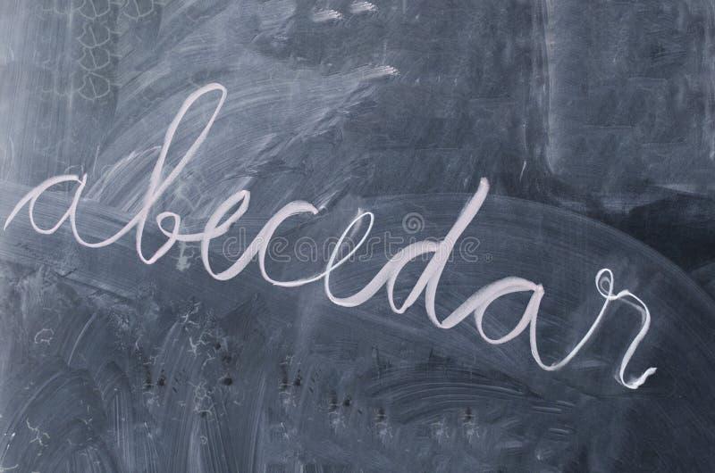 abcbok som är abecedar på en svart tavla fotografering för bildbyråer