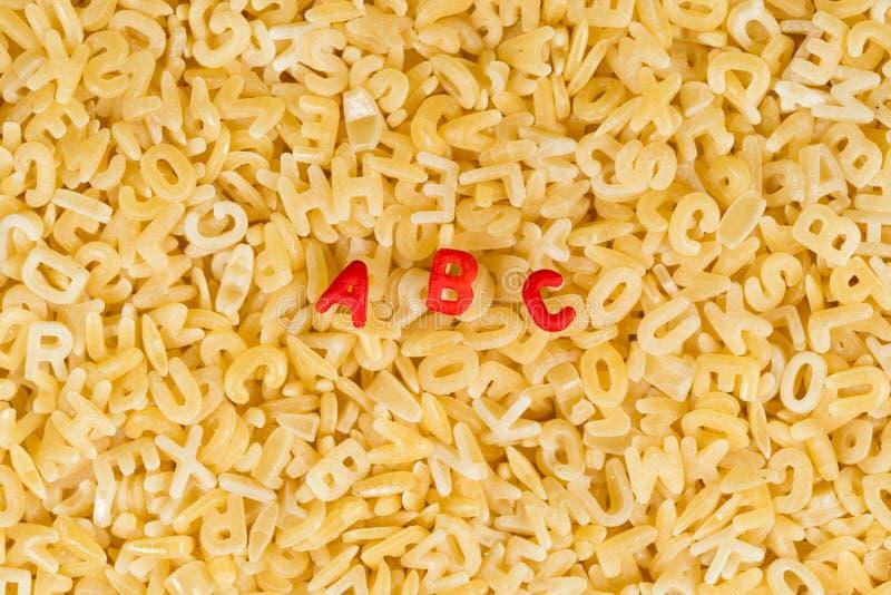 abcbokstäver som stavas med alfabetpasta arkivfoto
