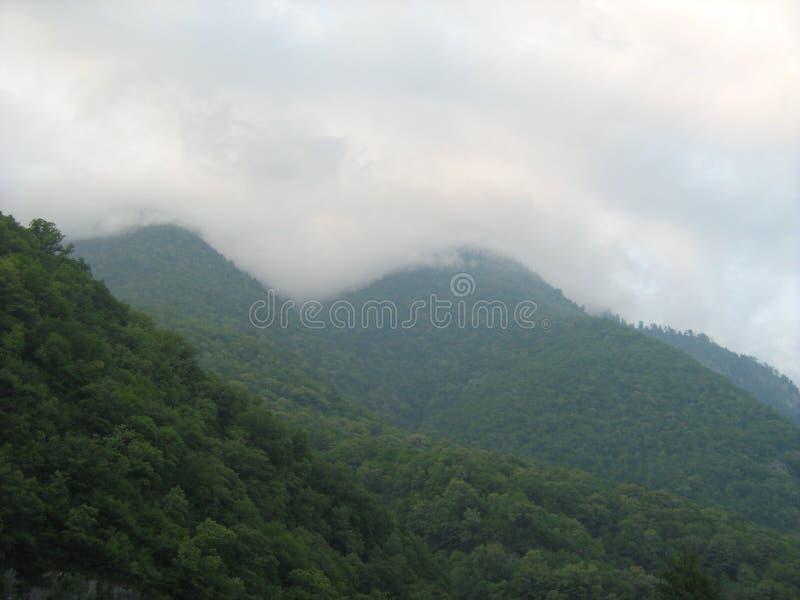Abchazien är ett land av berg, vattenfall, floder, sjöar, skogar royaltyfria foton