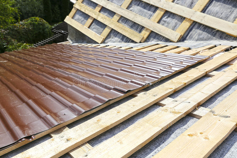 Abdeckung des Dachs einer Metallfliese lizenzfreie stockbilder