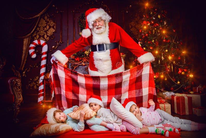 Abdeckung von Kindern mit Decke lizenzfreies stockfoto