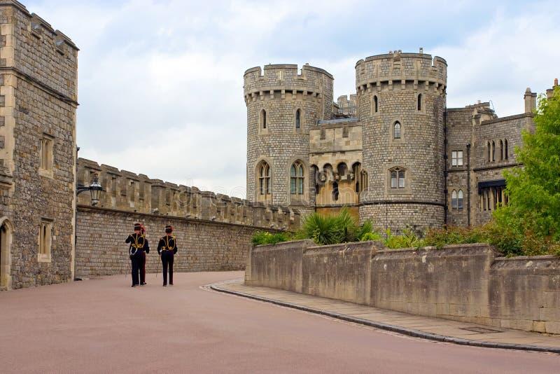 Abdeckungsoldaten der Königin in Windsor ziehen sich, Großbritannien zurück stockfoto