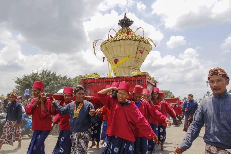 Abdi Dalem Kingdom Yogyakarta Carried Offerings Gunungan. Yogyakarta, Indonesia, Oktober 05, 2014: A number of soldiers who served the Kingdom of Yogyakarta stock images