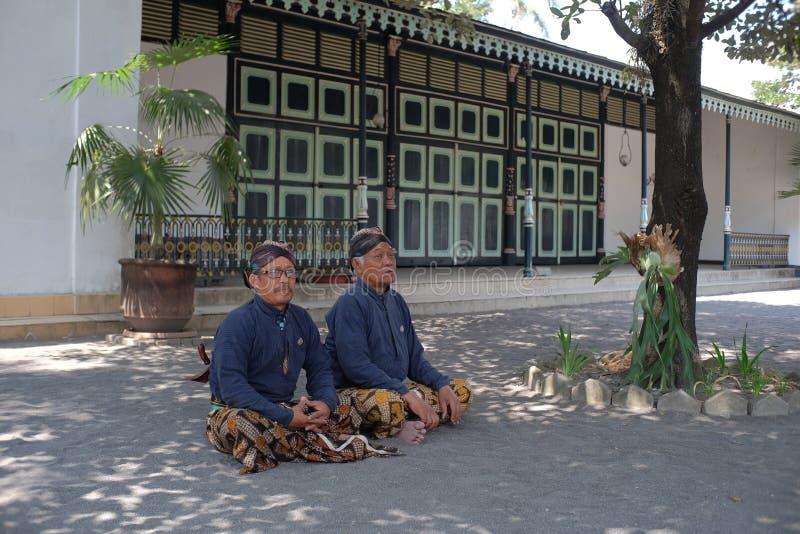 Abdi dalem lub pokojówką siedzącą na skrzyżowanych nogach w Kompleksie Pałacowym Jogyakarta obrazy royalty free