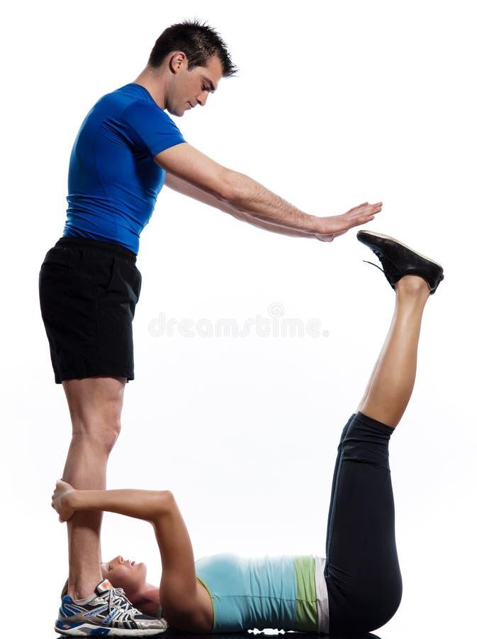 abdominals делая человека нажимают поднимают разминку женщины стоковое фото rf