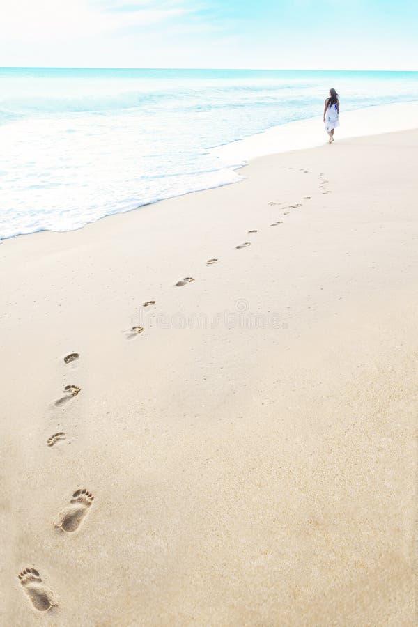 Abdrücke auf dem Strand stockbild