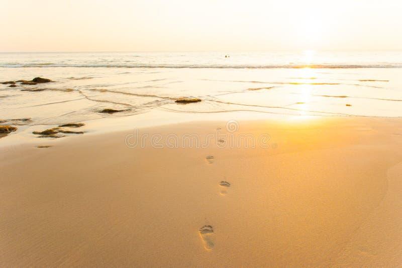 Abdrücke und Welle zur Sonnenuntergangzeit lizenzfreies stockfoto