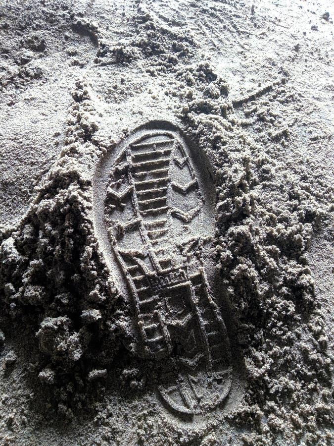 Abdruck der Arbeitskraft auf dem feinen Sand an der Baustelle stockfotos