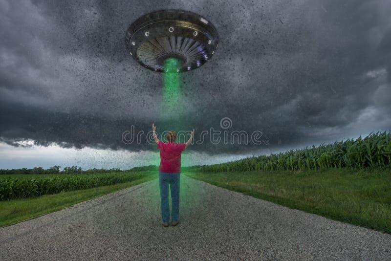 Abduction étrangère drôle d'UFO, espace extra-atmosphérique photographie stock