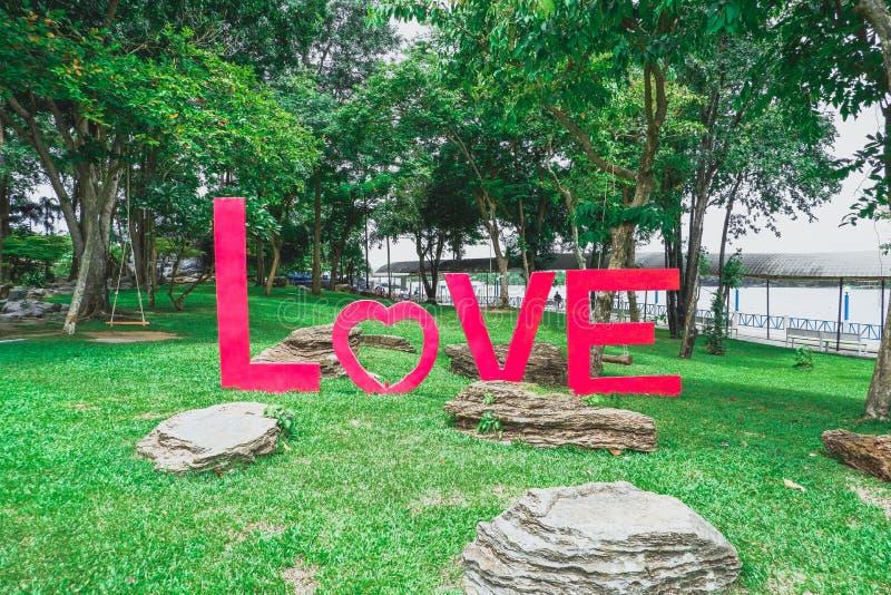 Abecadło miłość na trawie obraz stock