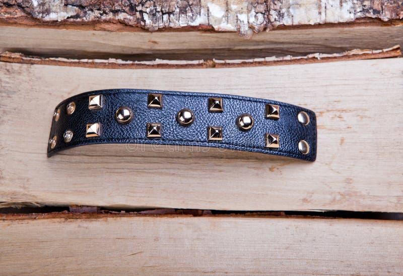 Abedul blanco del fondo del estudio de cuero negro de la pulsera fotografía de archivo