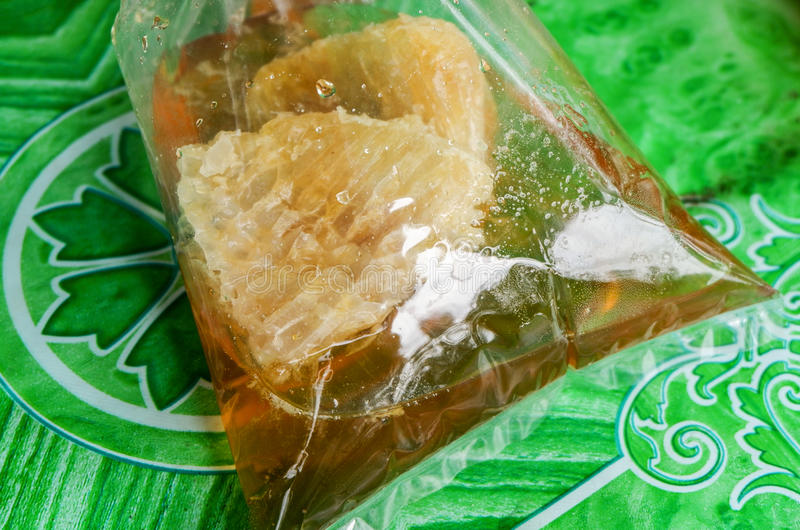abeille de miel dans le sac photo stock