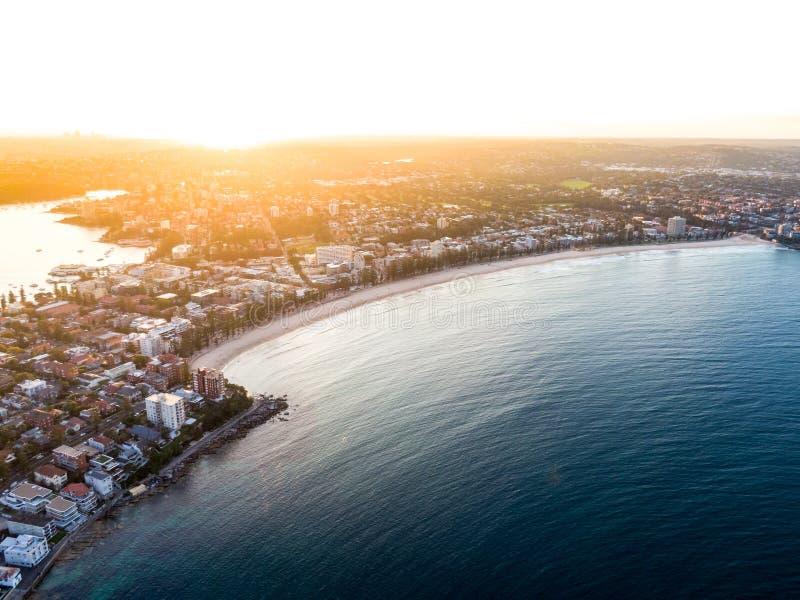 Abejón de igualación aéreo tirado de hombres, un suburbio de la puesta del sol del playa-lado de Sydney septentrional, en el esta fotos de archivo libres de regalías