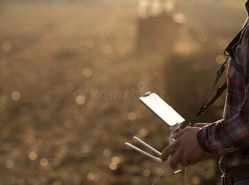 Abejón de navegación del granjero sobre tierras de labrantío fotos de archivo