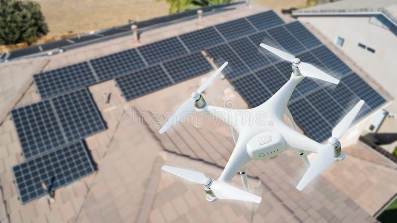 Abejón del UAV que examina los paneles solares en tejado casero grande foto de archivo