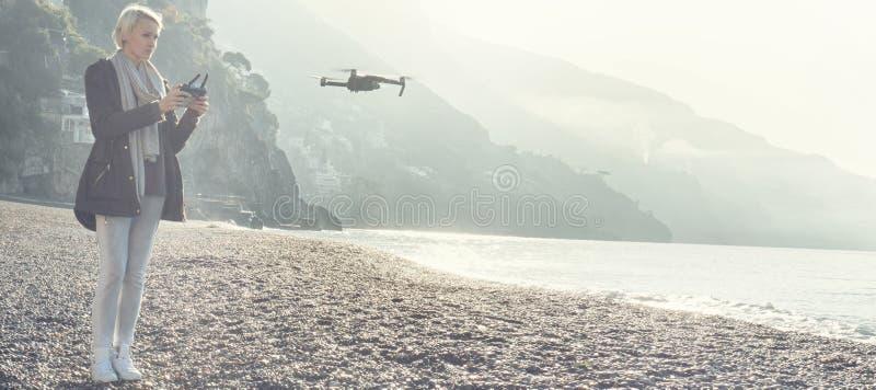 Abejón del vuelo de la chica joven sobre costa italiana fotos de archivo