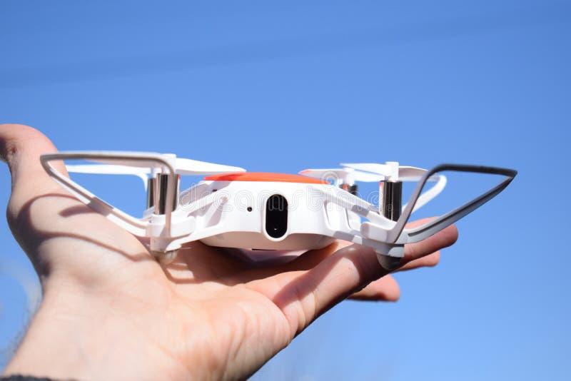 Abejón en las manos de la persona Nueva tecnología en el aero- tiroteo de foto fotos de archivo libres de regalías