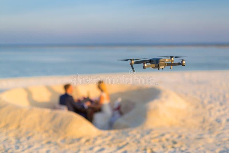 Abejón que toma la cantidad e imágenes de los pares de la boda en la playa fotografía de archivo libre de regalías