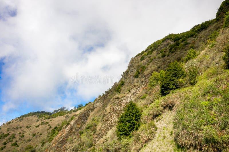 Abejón que vuela hacia el Mt famoso asombroso hermoso Hehuan en Taiwán encima sobre la cumbre, tiro de la visión aérea imágenes de archivo libres de regalías