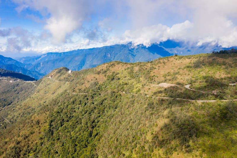 Abejón que vuela hacia el Mt famoso asombroso hermoso Hehuan en Taiwán encima sobre la cumbre, tiro de la visión aérea foto de archivo libre de regalías