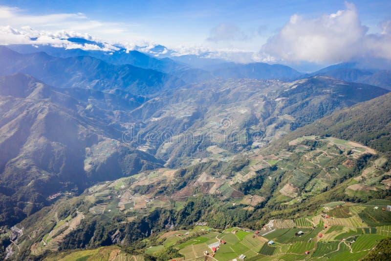 Abejón que vuela hacia el Mt famoso asombroso hermoso Hehuan en Taiwán encima sobre la cumbre, tiro de la visión aérea imagenes de archivo