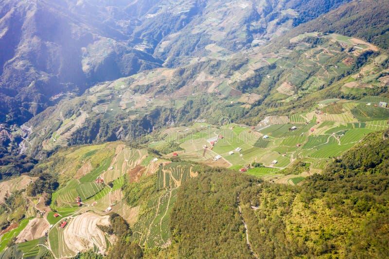 Abejón que vuela hacia el Mt famoso asombroso hermoso Hehuan en Taiwán encima sobre la cumbre, tiro de la visión aérea fotos de archivo libres de regalías