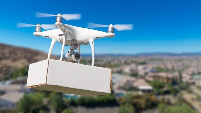 Abejón sin tripulación del sistema de aviones UAS Quadcopter que lleva la caja en blanco imágenes de archivo libres de regalías