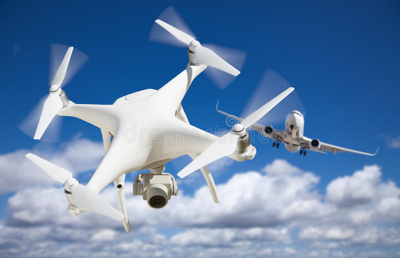 Abejón sin tripulación del sistema de aviones UAV Quadcopter en el aire también C fotografía de archivo