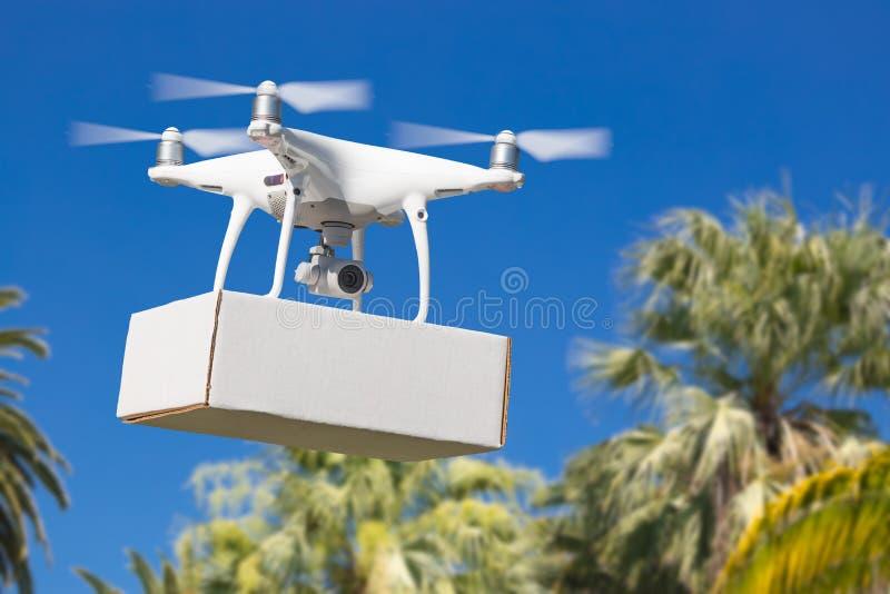 Abejón sin tripulación del sistema de aviones UAV Quadcopter que lleva la caja en blanco imagen de archivo libre de regalías