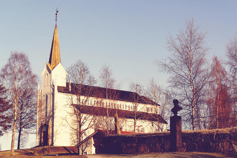 Abel Memorial cerca de la iglesia local en Gjerstad foto de archivo