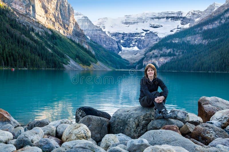 Abend bei Lake Louise lizenzfreie stockfotos